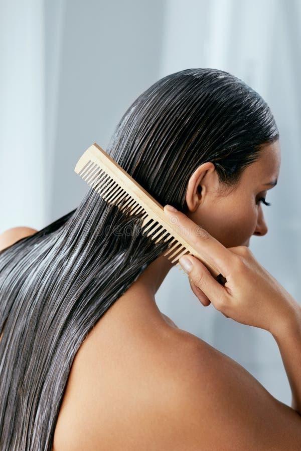 Tratamiento del pelo Mujer con la máscara en el primer mojado del pelo imagen de archivo