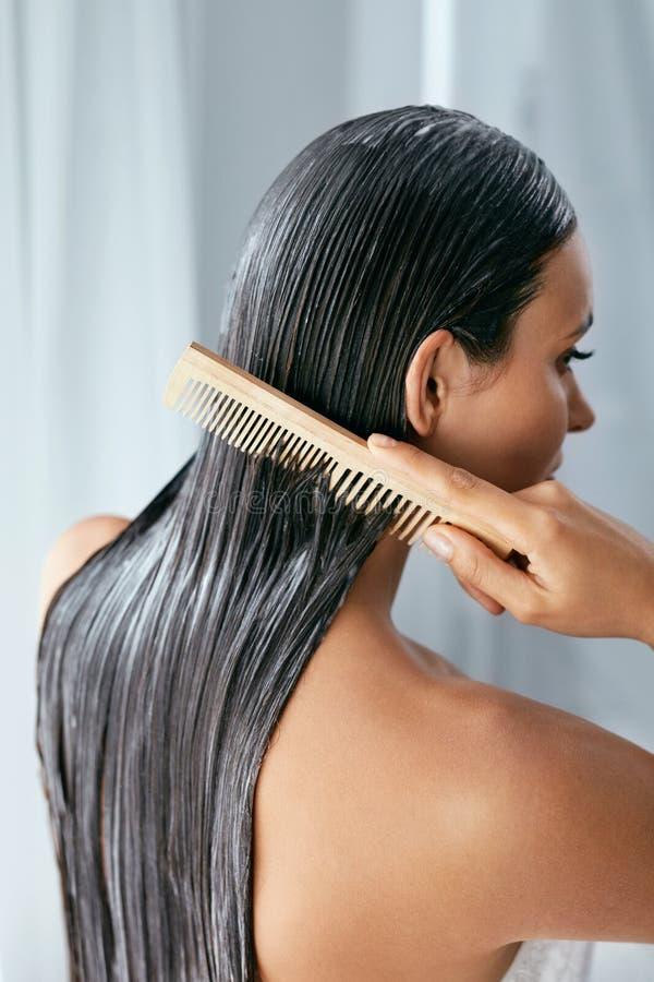 Tratamiento del pelo Mujer con la máscara en el primer mojado del pelo fotografía de archivo