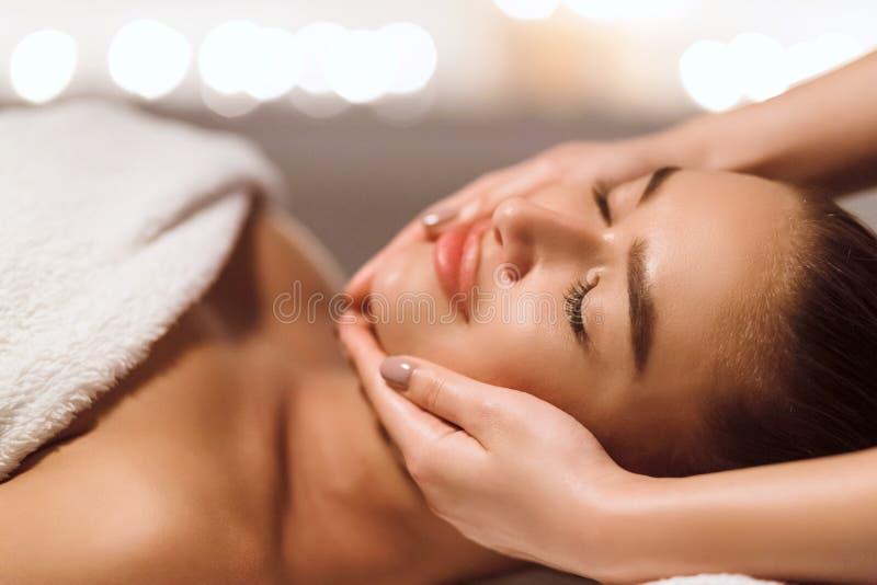 Tratamiento facial de la belleza Mujer que consigue masaje de cara imágenes de archivo libres de regalías