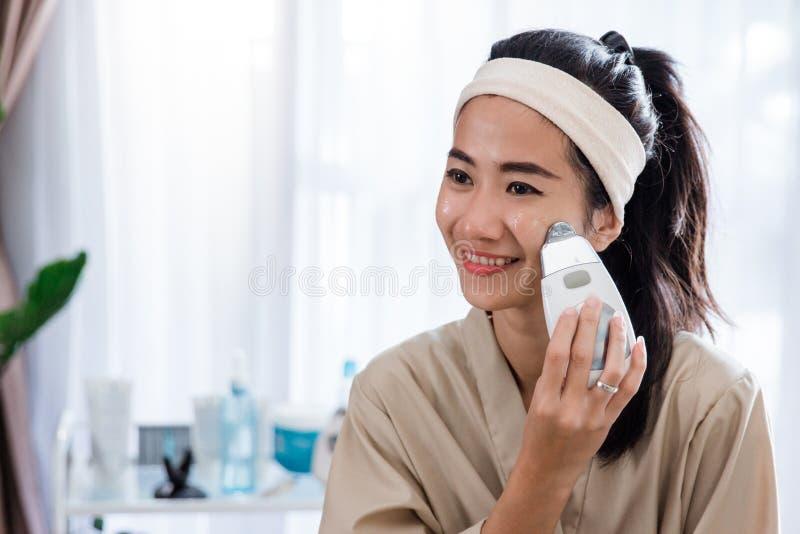 Tratamiento galvánico cosmético de la belleza imagen de archivo