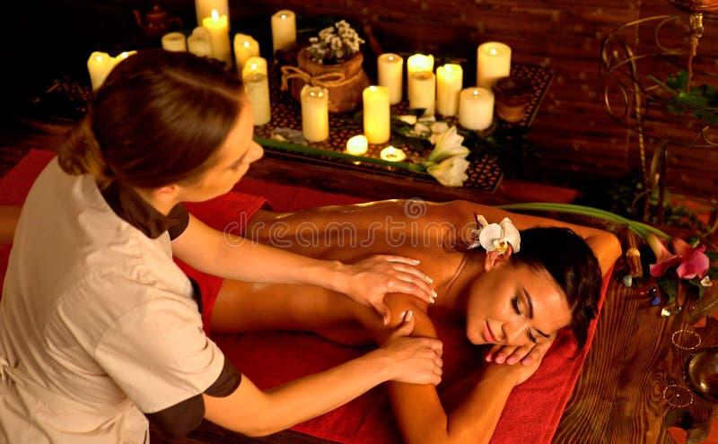 Tratamiento profundo del masaje del tejido en Ayurveda de la mujer en salón del balneario imagen de archivo