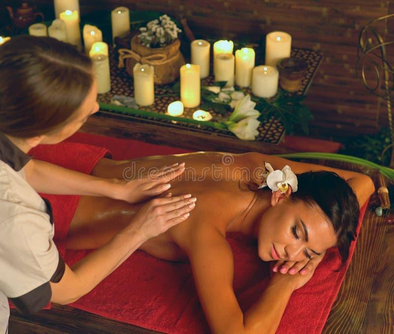 Tratamiento profundo del masaje del tejido en Ayurveda de la mujer en salón del balneario fotografía de archivo