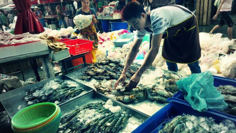 Tratante de pescados, mercado de Khlong Toey, Bangkok, Tailandia imagen de archivo