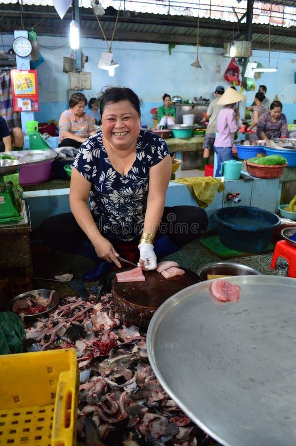 Tratante de pescados sonriente de Ho Chi Minh City imagen de archivo