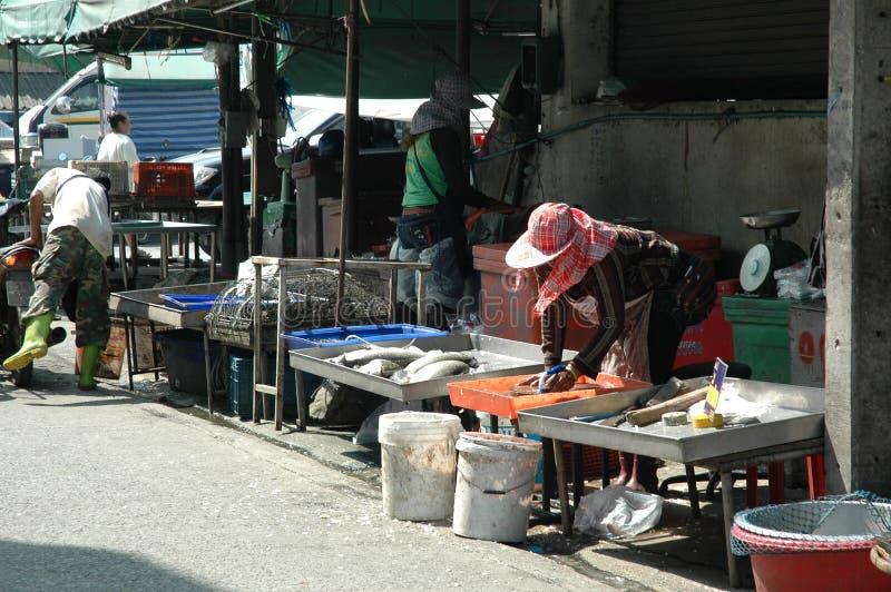 Tratantes de pescados en el mercado fresco al aire libre imagen de archivo