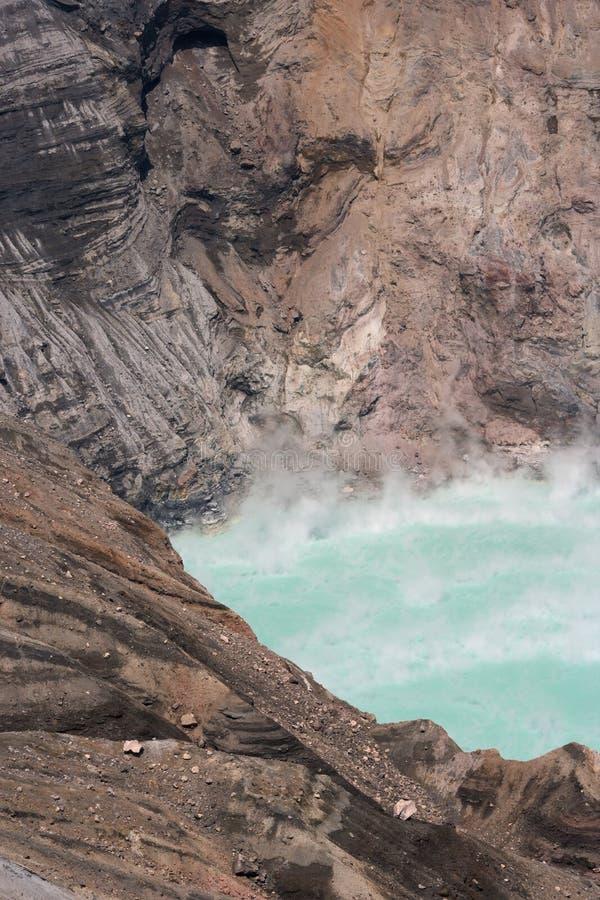 Tratar el lago verde volcano con vapor fotos de archivo libres de regalías