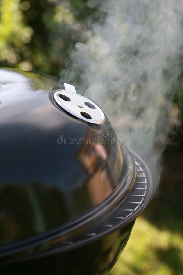 tratar la barbacoa con vapor fotografía de archivo