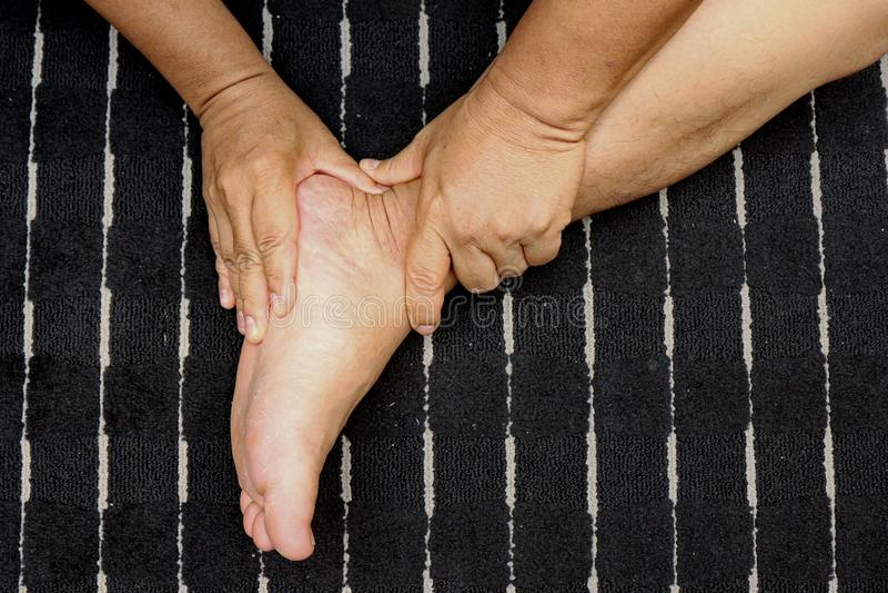 Tratar lesiones a los pies y a la pierna con el empuje de un finger según trucos del masaje tailandés tradicional fotos de archivo