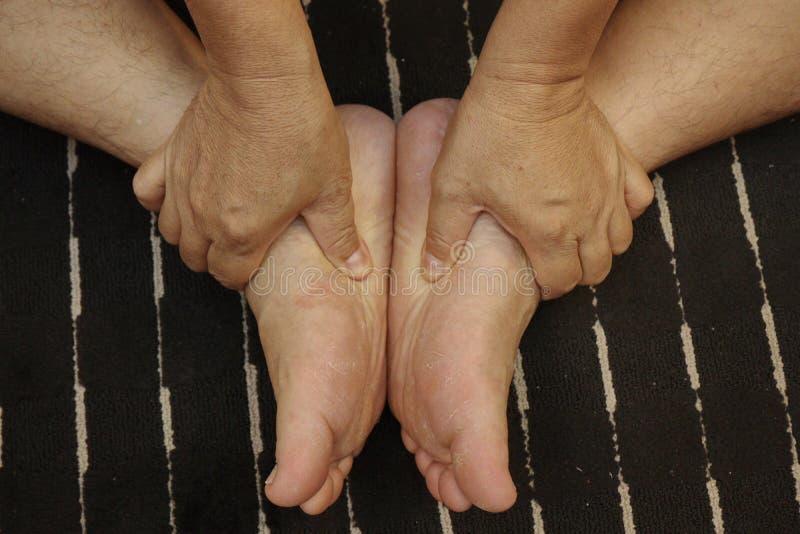 Tratar lesiones a los pies y a la pierna con el empuje de un finger según trucos del masaje tailandés tradicional imagen de archivo libre de regalías