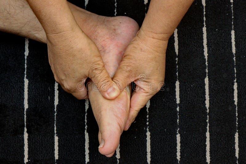 Tratar lesiones a los pies y a la pierna con el empuje de un finger según trucos del masaje tailandés tradicional imagenes de archivo