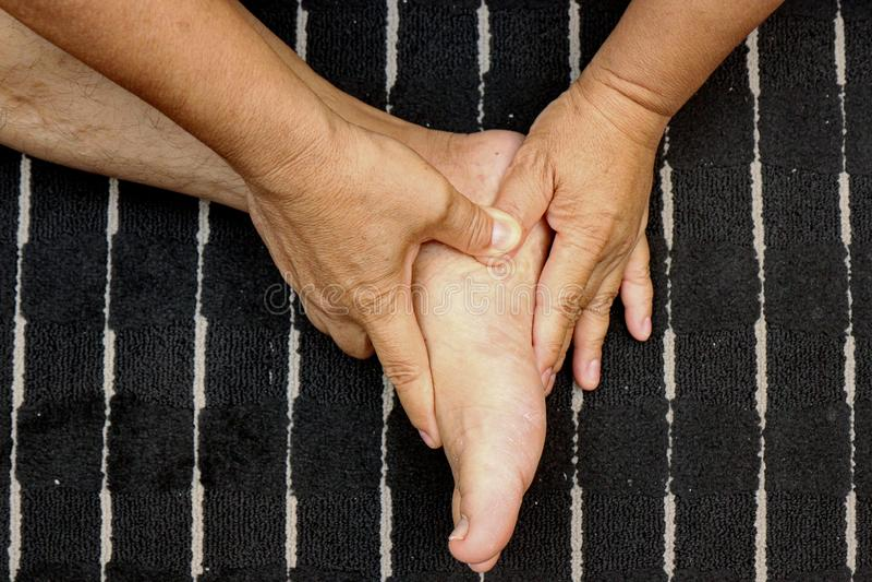 Tratar lesiones a los pies y a la pierna con el empuje de un finger según trucos del masaje tailandés tradicional fotografía de archivo