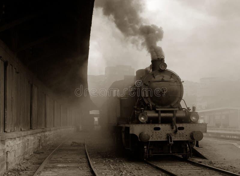 Trate el tren con vapor imágenes de archivo libres de regalías