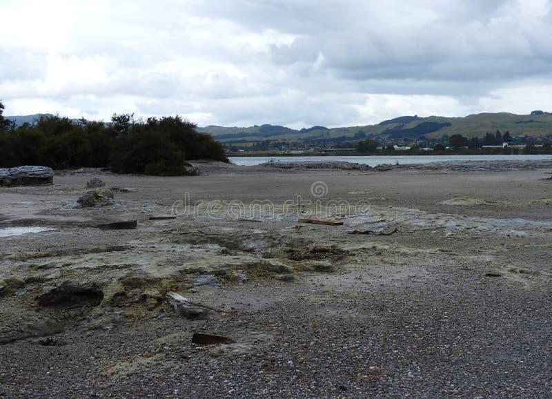 Trate o ponto, lago Rotorua em um dia nebuloso foto de stock