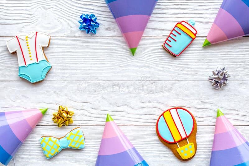 Trate para a festa de anos do bebê com o quadro das cookies do pão-de-espécie no modelo de madeira branco da opinião superior do  foto de stock royalty free
