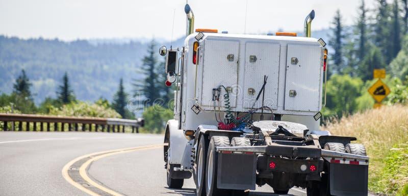 Trator clássico do caminhão do equipamento grande branco semi que corre na estrada de enrolamento da montanha fotos de stock royalty free