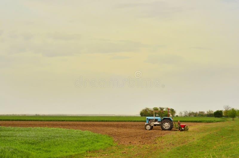Trator com maquinaria da máquina de semear fotografia de stock