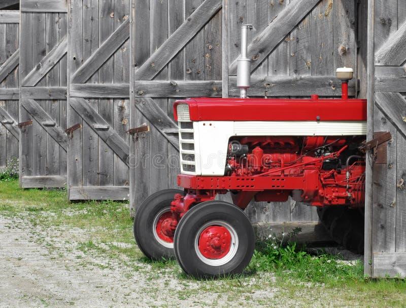 Trator de exploração agrícola moderno em uma vertente velha foto de stock royalty free