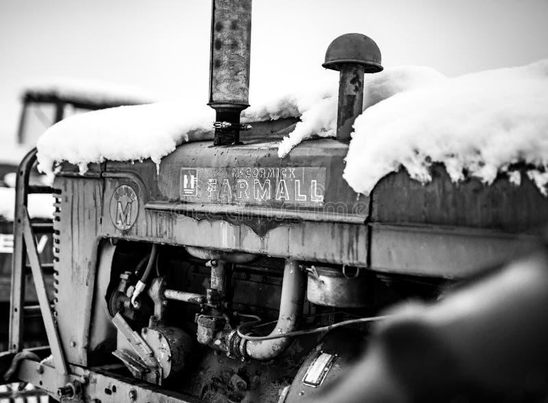Trator de Farmall preto e branco imagem de stock