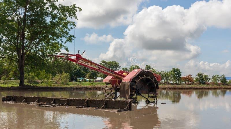 Trator de passeio no campo do arroz para o trabalho foto de stock royalty free