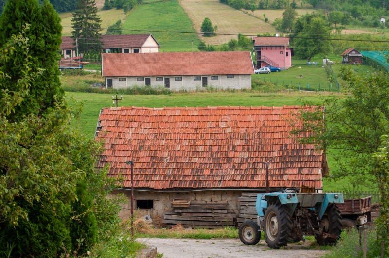 Trator e casa na montanha foto de stock