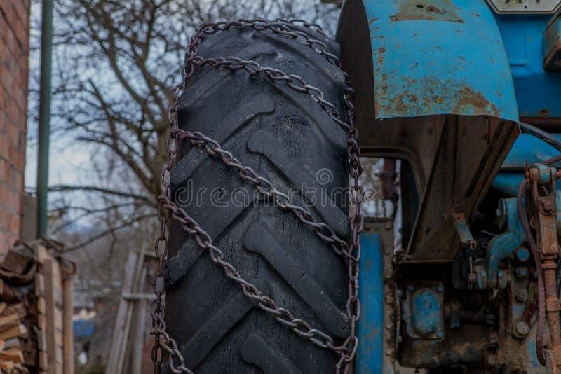 Trator equipado com as correntes de neve Conceito do inverno fotografia de stock
