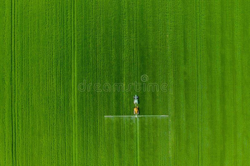 Trator está no campo Agricultura moderna Uso das novas tecnologias na agricultura Indústria do tempo atual imagens de stock royalty free