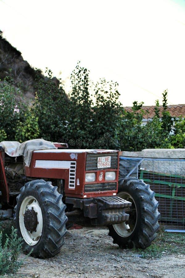 Trator estacionado ao lado do jardim fotos de stock royalty free