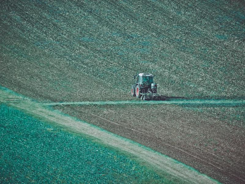 Trator na colheita foto de stock