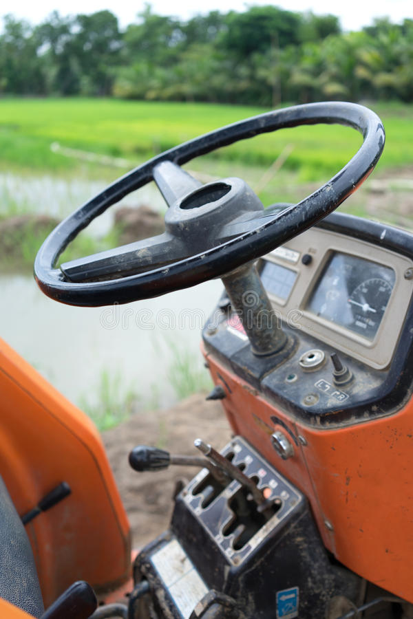 Trator no campo do arroz fotos de stock