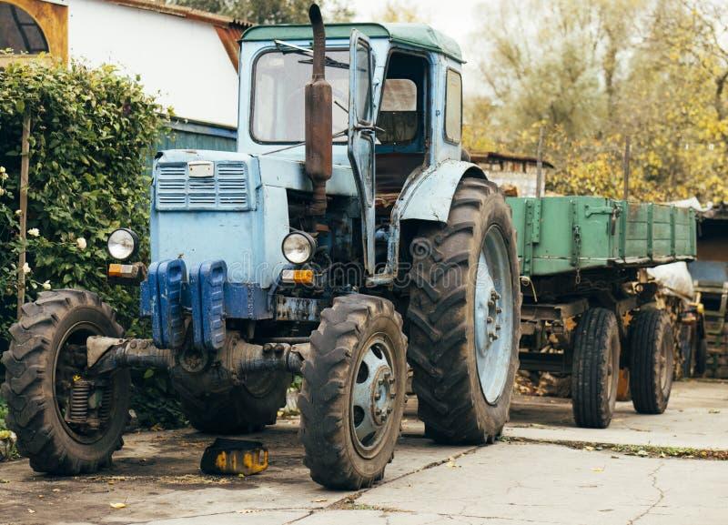 Trator oxidado velho A máquina agrícola dilapidou parte dianteira da exploração agrícola Ferro velho Trator que espera para ser d fotografia de stock royalty free