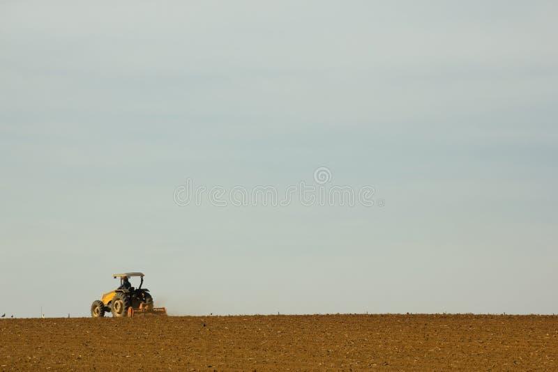 Trator que prepara o solo para plantar foto de stock royalty free