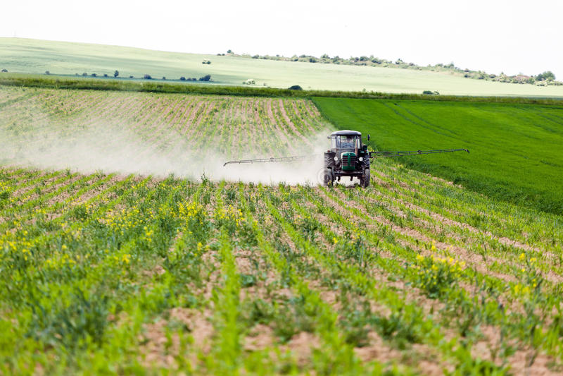 Trator que pulveriza, agricultura fotografia de stock