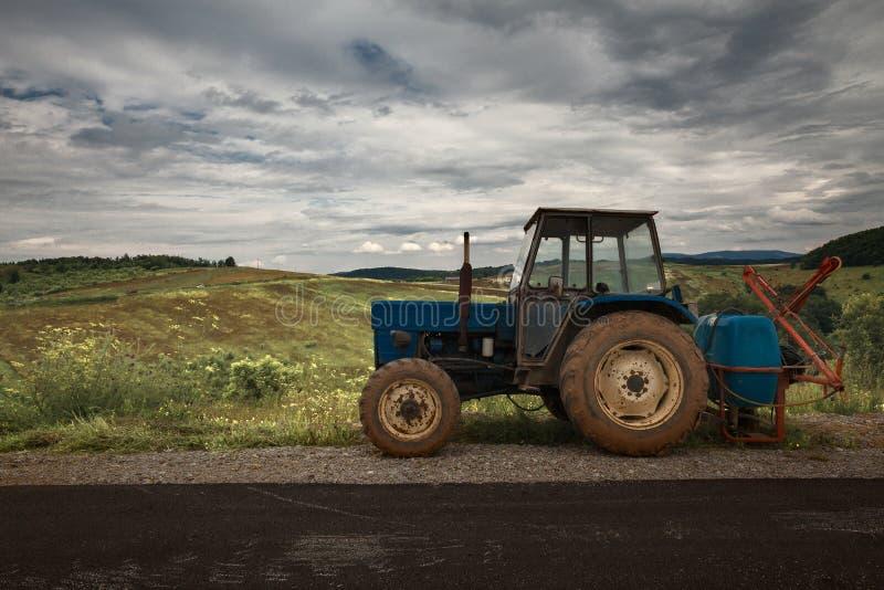 Trator velho estacionado além da estrada fotos de stock royalty free
