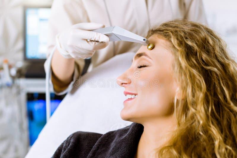 Trattamento clinico a microdermabrasione, procedimento estetico facciale, cosmetico antiacne e iperpigmentazione Cosmetologo immagine stock