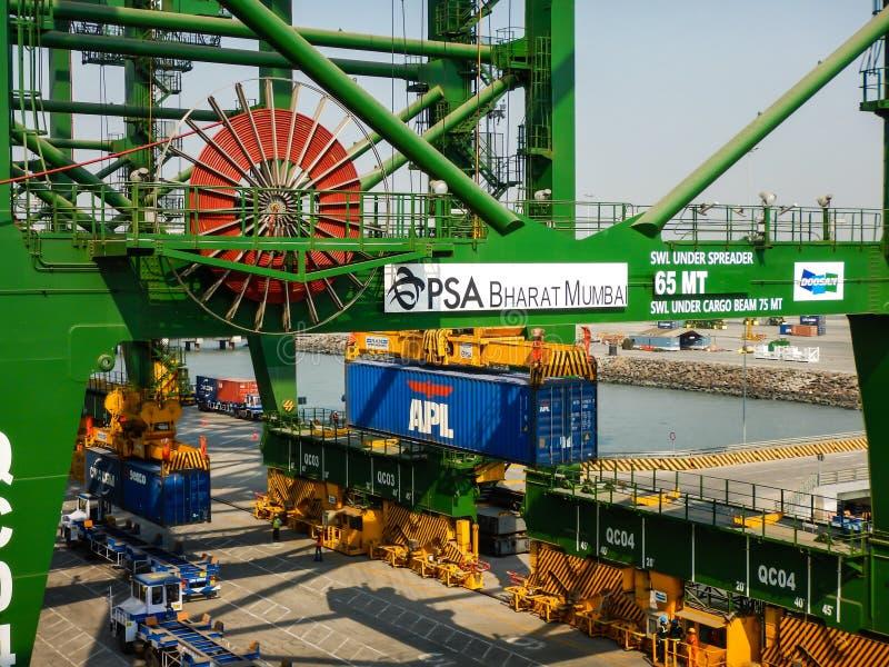 Trattamento dei contenitori nel porto di Mumbai fotografie stock