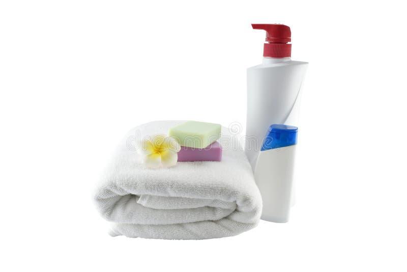 Trattamento della stazione termale con gli asciugamani del sapone, la bottiglia di plastica ed il fiore sul whi immagine stock