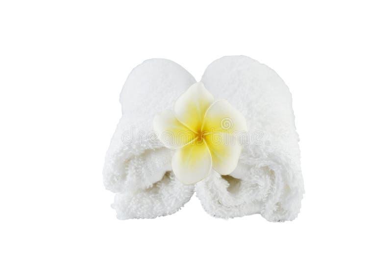 Trattamento della stazione termale con gli asciugamani ed il fiore del sapone su fondo bianco fotografie stock