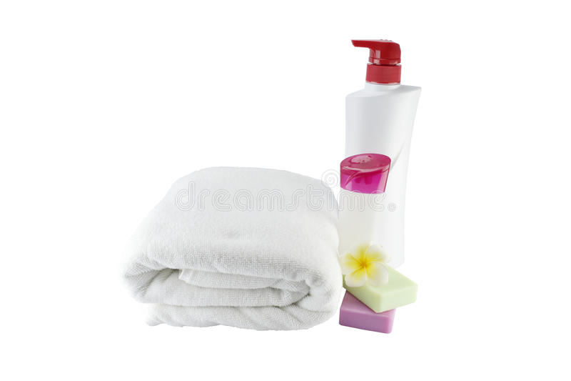 Trattamento della stazione termale con gli asciugamani ed il fiore del sapone su fondo bianco fotografia stock libera da diritti