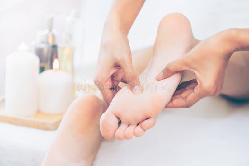 Trattamento di massaggio della stazione termale del piede nella localit? di soggiorno di stazione termale di lusso fotografia stock libera da diritti
