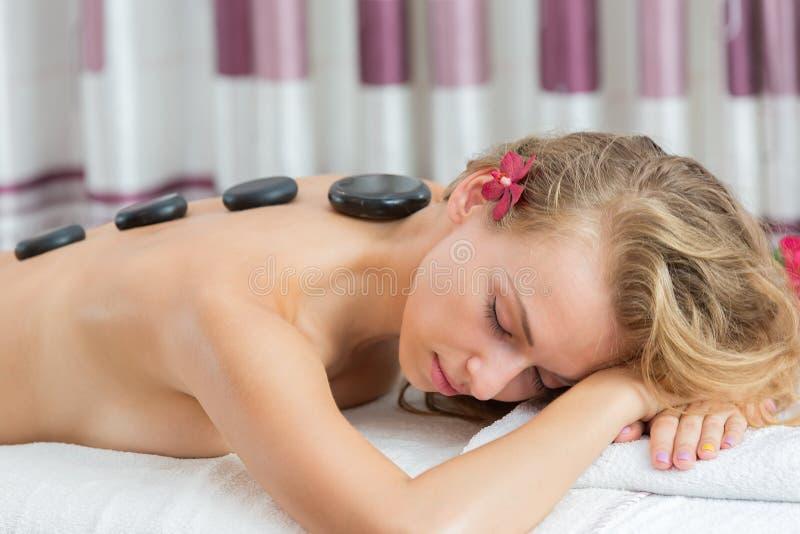 Trattamento di pietra minerale caldo di massaggio della stazione termale fotografie stock