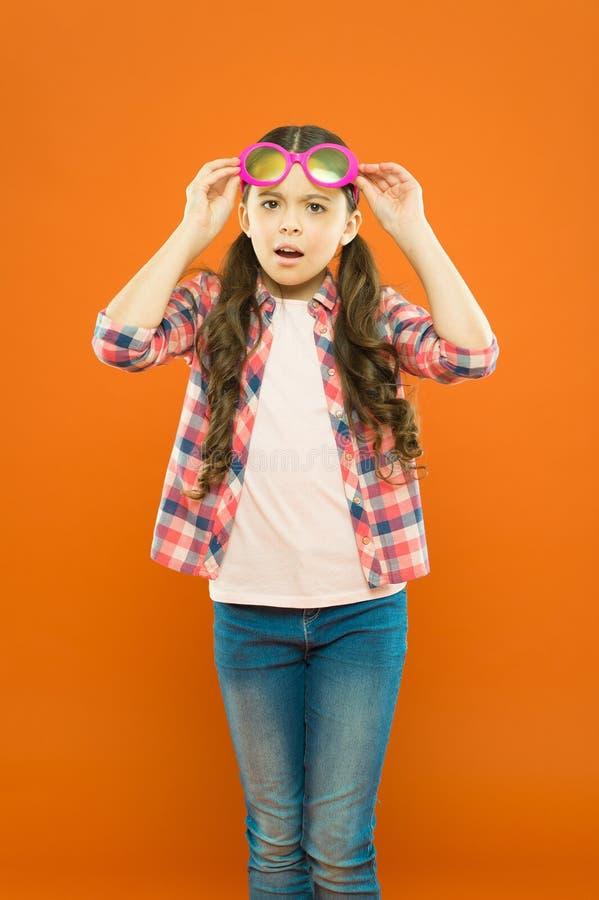 Trattamento di vista e di ottica Bambino soddisfatto di buona vista Vista e salute dell'occhio Migliori la vista Usura della raga immagine stock