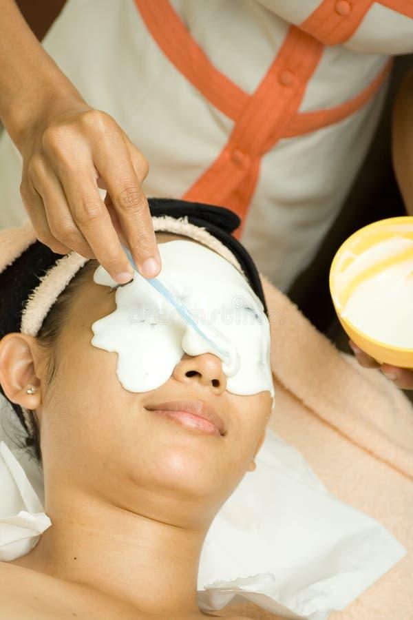 Trattamento facciale con la crema della mascherina fotografia stock libera da diritti