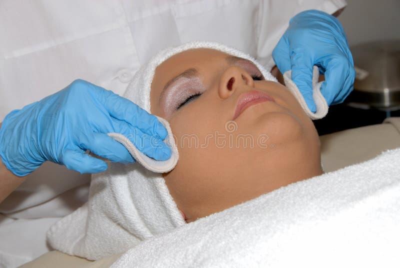 Trattamento facciale di Skincare alla stazione termale di giorno immagini stock