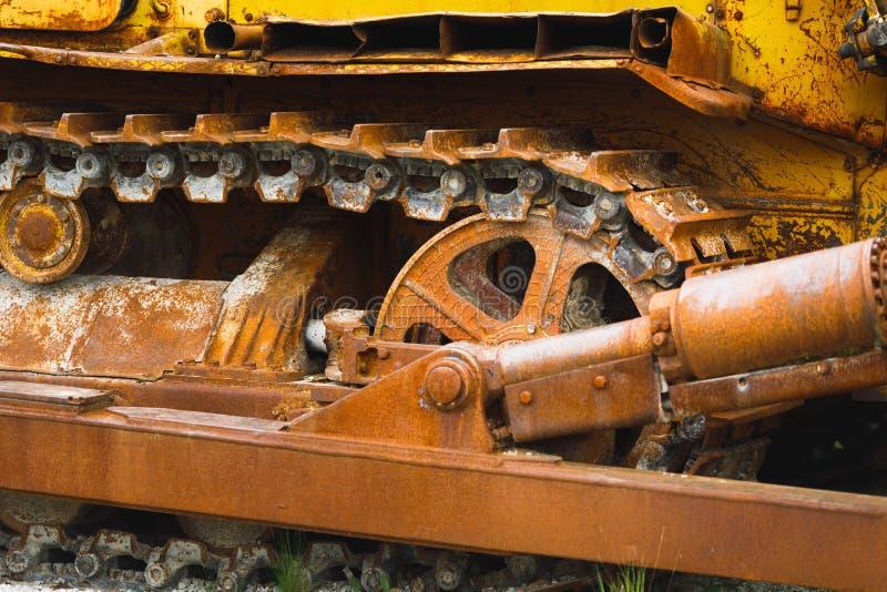 Trattore a cingoli arrugginito di vecchio bulldozer fotografia stock libera da diritti