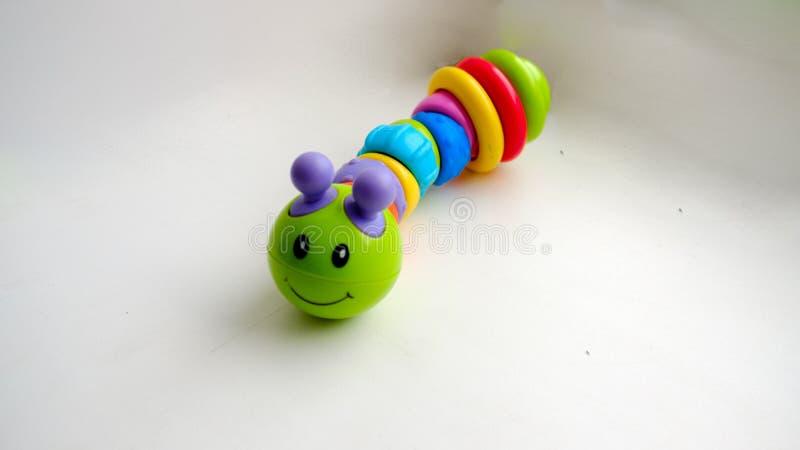 Trattore a cingoli colorato giocattolo su un fondo leggero fotografia stock libera da diritti