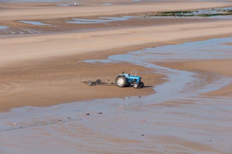 Trattore e rimorchi per i pescherecci sulla spiaggia fotografie stock libere da diritti