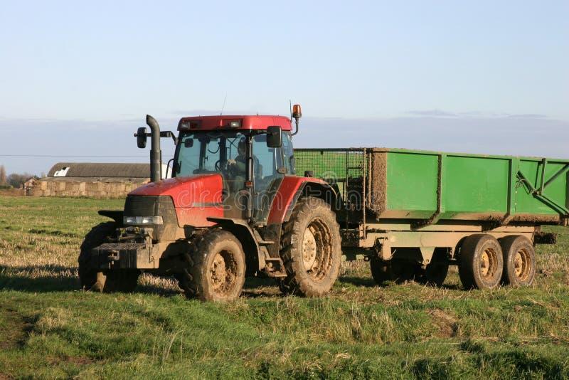Trattore e rimorchio sull'azienda agricola immagini stock libere da diritti