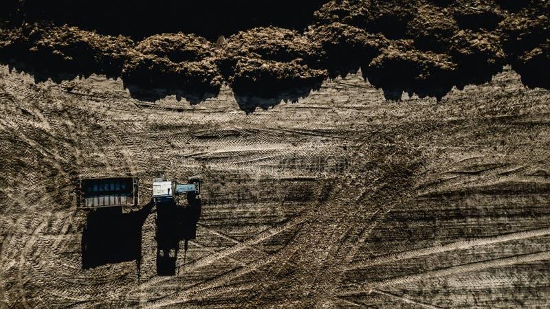 Trattore nel campo Rilevamento aereo fertilizzazione immagini stock libere da diritti