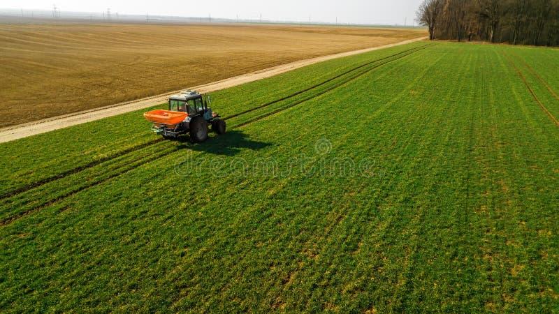 Trattore su un campo verde Rilevamento aereo fotografia stock