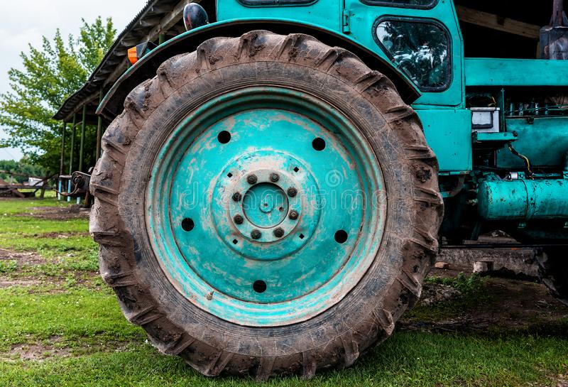 Trattore sul campo che coltiva e che prepara terreno arabile per la stagione prossima Concetto di agronomia fotografie stock libere da diritti
